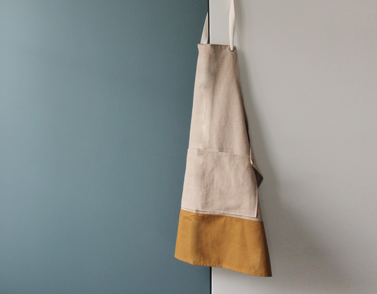 COLOR BLOCK APRON_NATURAL/MUSTARD